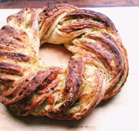 トマティロ Chile & Sharp Cheddar Braided Bread Wreath